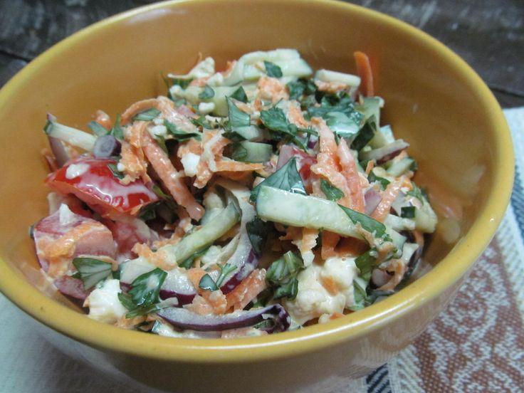 Цветная капуста, морковь, помидор, огурец, чеснок, красный лук, петрушка, майонез или сметана.