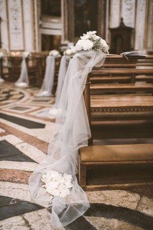 tulle ceremony decorations // photo: serena cevenini http://weddingwonderland.it/2015/03/matrimonio-romantico-orchidee.html