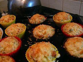 """Kamarád, když je ochutnal, řekl: """"Mňam, to je jak bramborák ve formičce, ne?"""" A nebyl daleko od pravdy, protože Dita P., z jejíž kuchařky jsem brala inspiraci, o nich píše v podstatě to samé: """"…skvělé bramboráky na cestu."""" Potřebovala jsem: 100g slaniny, nakrájené na kostičky 550g brambor 225g hladké mouky 3 lžičky kypřícího prášku 120g tvrdého sýra …"""