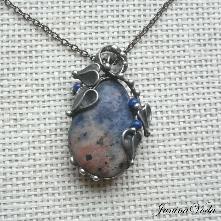 ...Alfonso..+náhrdelník+Cínovaný,+patinovaný+následně+leštěný+náhrdelník+z+krásného+pravidelného+kamene+sodalitu+a+korálků+lapis+lazuli+.+Náhrdelník+je+patinovaný,+leštěný+a+ošetřený+antioxidačním+přípravkem.+Velikost+šperku:+výška+5cm,+šířka+cca+3,5cm,+Použitý+materiál:+pocínovaný+měděný+drát,+bezolovnatý+pájka+-+cín+se+stříbrem.+Náhrdelník+je...
