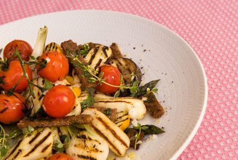 V 32 Recept 4 - Grillade grönsaker och halloumi med rostat örtknäcke