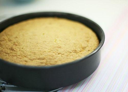 Этот бисквит содержит большое количество яиц, довольно мало сахара, миндаль, совсем капельку муки и масла. Поэтому он получается очень нежным и мягким. В…