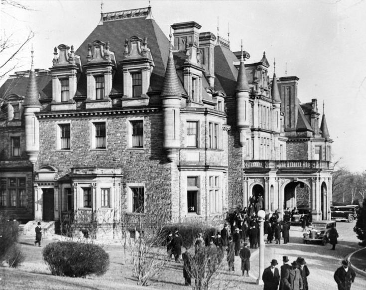 Toronto's lost architecture: Looking at Toronto's architectural ghosts, from a Downton Abbey like mansion to a neo-classical land registry building. (Toronto Star 25 May 2016)