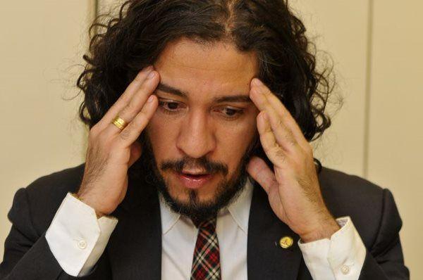 Jean Wyllys vira piada em dizer que Lula foi condenado a 9 anos por ter 9 dedos http://ift.tt/2umGgOF