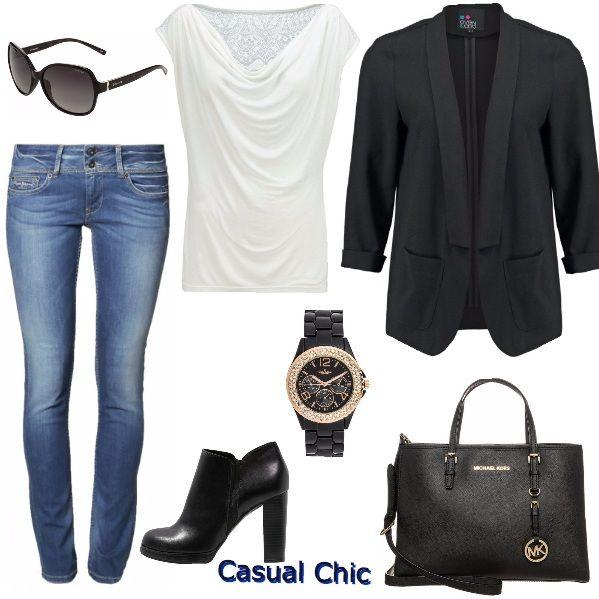Outfit da giorno con comodo jeans e maglia morbida smanicata con decorazione sul retro, blazer nero aperto con maniche a 3/4, orologio nero con quadrante color oro , tronchetto con tacco, borsa grande nera e occhiali da sole che completano il look.
