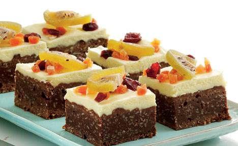 Den skønne chokolade-bradepande kage er med kokos. Den er pyntet med hvid chokoladecreme og drysset med tørret frugt. Kagen er let at transportere, hvis du skal have kage med til at dele ud af.