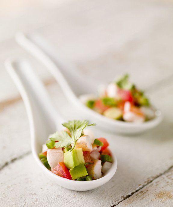 Hervir 1/4 taza de sal con 2 litros de agua. Añadir £ 1 gran pelada, camarón crudo, sin cola. Retire del fuego. Deje reposar durante tres minutos. Escurrir. Camarones tajada áspera. Añadir el zumo de 2 limones, 2 limas y 2 naranjas; 1 taza de pelado, pepino cortado en cubitos; 1/2 taza de cebolla roja picada; 2 chiles serranos picados. Chill al menos una hora. Antes de servir