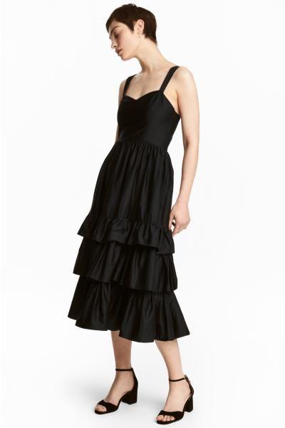 Sukienka na ramiączkach wykonana z bawełnianej popeliny. Długość do połowy łydki, odcinana talia z zakładkami i falbany u dołu. Kieszenie w szwach bocznych