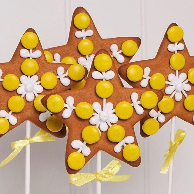 Gingerbread cookies with Norwegian nonstop. Love it!  Nå på bloggen: Hva skjer når mor hater far?  Det er fristende å fortelle barna at far har vært utro? Er det mors plikt å fortelle barna at far har forlatt familien for en annen?  Lese alt?  www.annebrith.no  #tenkførdusnakker