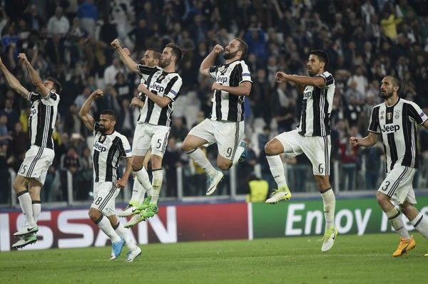 Juventus' players celebrate after winning the UEFA Champions League quarter final first leg football match Juventus vs Barcelona, on April 11, 2017 at the Juventus stadium in Turin. Juventus won 3-0. / AFP PHOTO / Miguel MEDINA