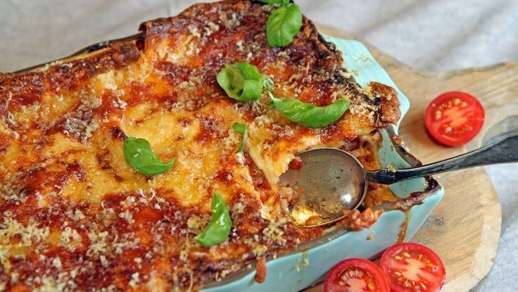 Vi nordmenn kaller hele ovnsretten med pasta, ostesaus og kjøttsaus for lasagne. Men det er faktisk bare pastaplatene som heter lasagne på italiensk. Lise Finckenhagen lager kjøttsaus som skal koke en halvtimes tid, og bruker både mozzarella og parmesan i ostesausen. Foto: Tone Rieber-Mohn / NRK