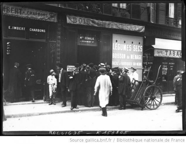 Scène de vie à Paris : un attroupement devant un épicerie, le 2 août 1914.