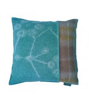 kussen bekleed met wollen dekens in mintgroen/  taupe kleuren. Dit kussen heeft een verschillende voor en achterkant en heeft een veren binnenkussen. Afmeting is 48-48 cm
