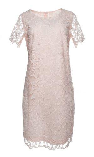 3821144c94 Pudrowa dopasowana sukienka z koronki - idealna na wesele dla mamy pana  młodego
