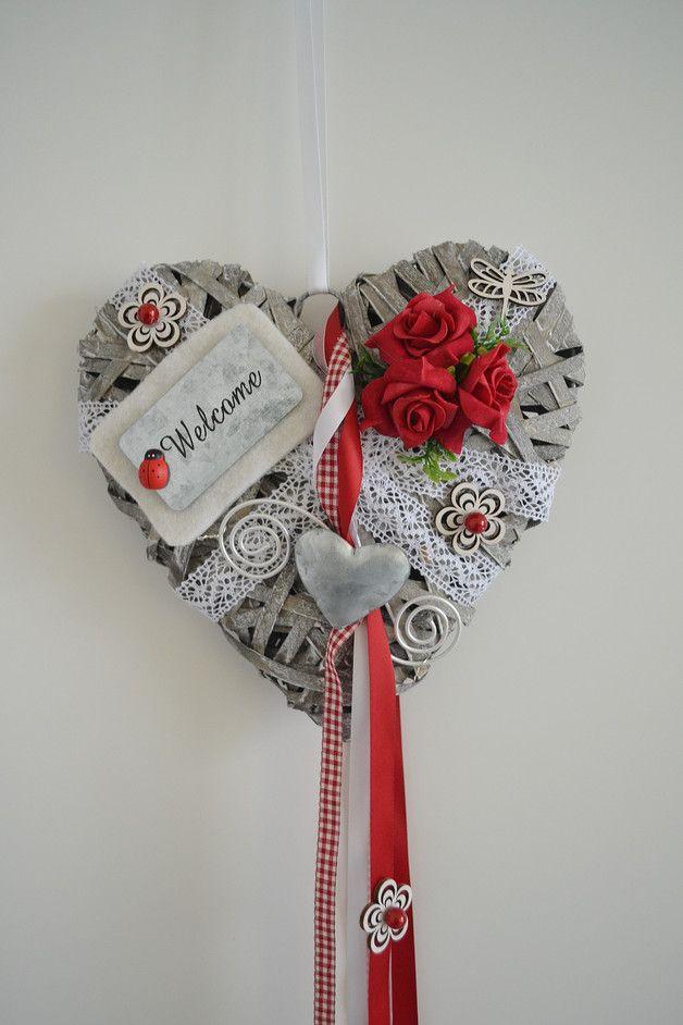 Hallo zusammen! Ein schönes großes Weidenherz was in liebevoller Handarbeit gefertigt wurde.   Das Herz ziert Filz, Formdraht, Perlen, ein Welcome-Schild, Rosen, Herz Metall, Holzblüten,...