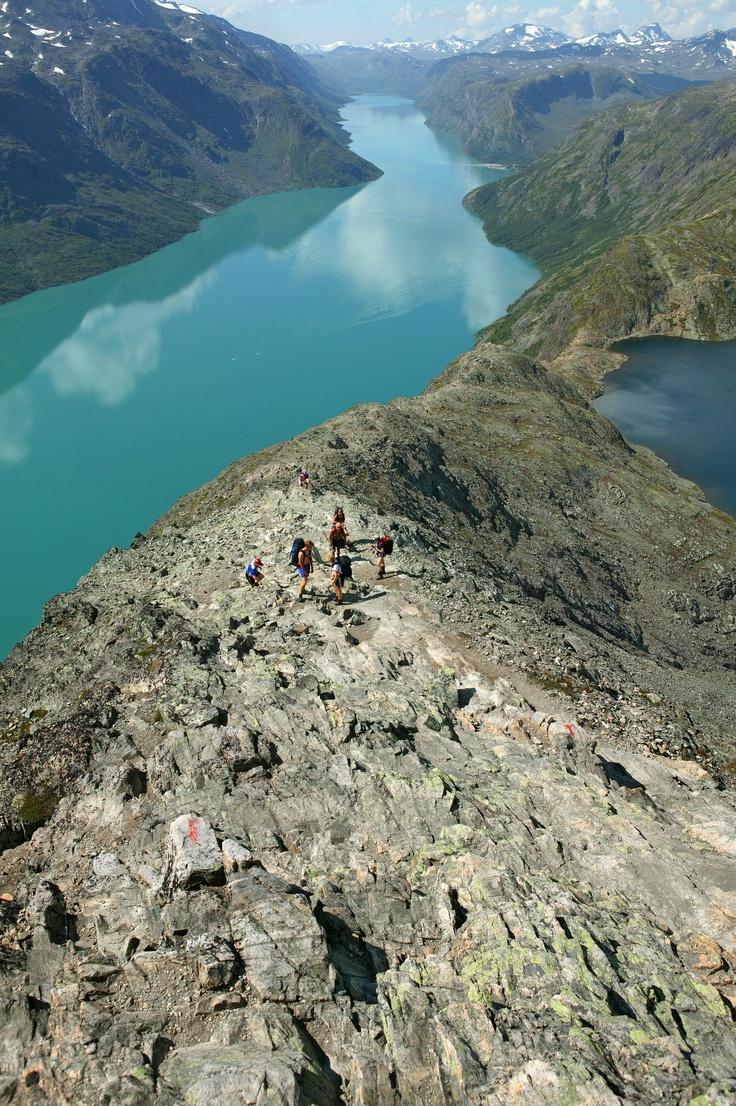 Een bergwandeling met een adembenemend uitzicht ontdek de indrukwekkende schoonheid van noorwegen met het hele