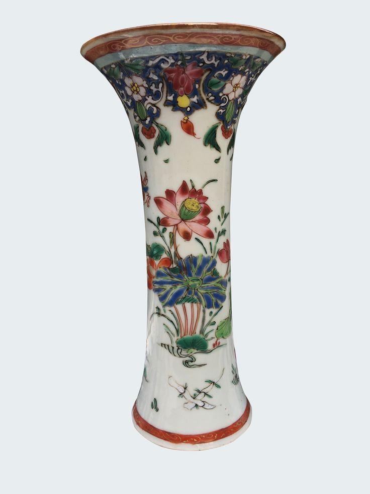 Vase cornet peint dans les émaux de la famille rose en porcelaine de Chine de la Compagnie des Indes d'époque Yongzheng. Chine. Asie. Peint dans les émaux de la famille rose, à décor de nénuphars et d'une frise de lambrequins.