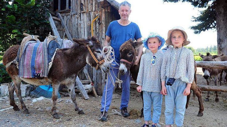 Antalya'nın Kemer ilçesinde yaşayan Avusturya uyruklu Kollinsky'nin düzenlediği eşek safari turlarıyla turistler eşek sırtında 3 saatlik gezintiye çıkıyor.