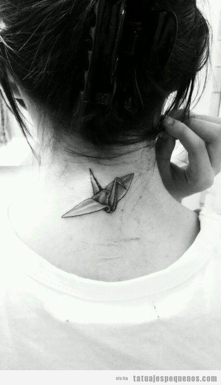 Chica con un tatuaje en la nunca en forma de ave de origami