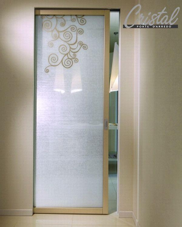 Oracolo è la porta Cristal realizzata in vetro stratificato e lino. Disponibili in tante varianti, qui scorrevole interno muro, anta in legno laccato metal cenere e decoro in tonalità. Fondo trasparente per entrambi i lati: http://www.cristalsrl.com/porta-scorrevole-oracolo