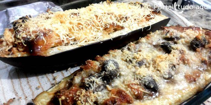 Aprenda a fazer duas receitas de berinjela recheada ao forno com recheio de carne moída ou frango que você vai adorar!