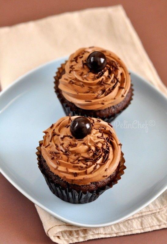 Bizim memlekette çok fazla rağbet görmese de Cupcake özellikle de Amerika'da çok popüler. Çikolatalı olanlar ise en çok sevilenlerin başında geliyor galiba. Yıllardır takip ettiğim AmerikalıMartha Stewart'ınTV programları ve web sitesinde cupcake tarifleri her zaman dikkatimi çekmiştir. Epeydir bizim