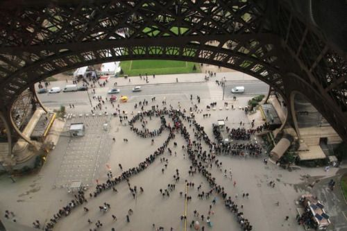 De vergankelijke kunst van de wachtrijen voor de Eiffeltoren.