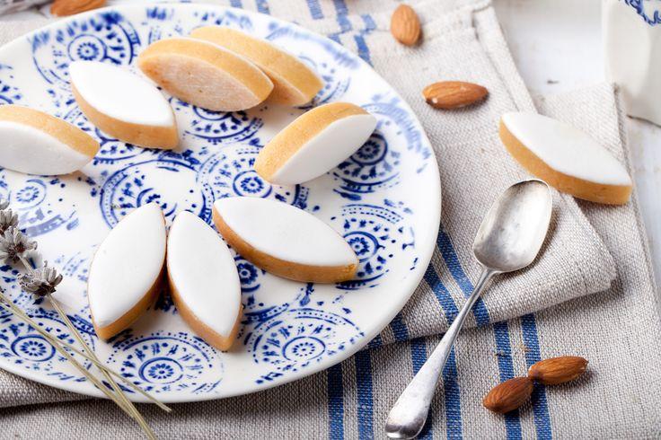 Préparation : 1. Versez la poudre d'amande, 250 g de sucre glace et l'eau de fleur d'oranger dans une casserole à fond épais. Laissez cuire à feu doux, mélangez jusqu'à ce q…