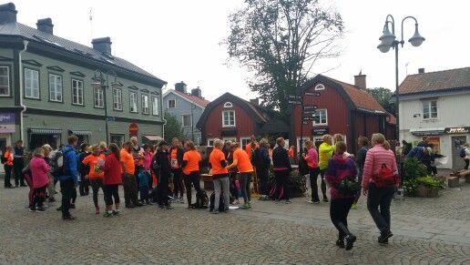 Uppvärmning på Lilla Torget inför Nya Roslagsmarschen 2015.Vandring på Roslagsleden 1,2 eller 3 mil.