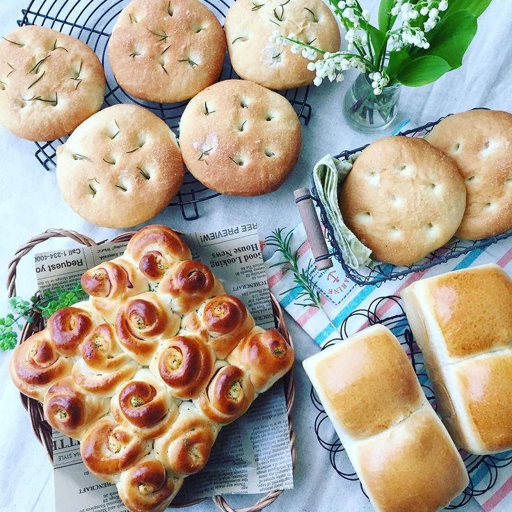 . 2016.05.02.Mon. . 今週のパンやっと焼けました(_) . ハムマヨのちぎりパン フォカッチャ イギリスパン . 朝から焼く予定だったけど 色々と予定がくるいやっと焼き上がり やっぱり子供が家にいると全然思うように事が進まず  パン作ってる最中も何回も外に呼ばれて食パンは過発酵(;ٹ) . 金曜日にゆっくり焼こう . #パン#手作りパン#bread#パン焼き#パン作り#instafood#instabread#おうちパン#朝ごはん#朝ごパン#おうちカフェ#食パン#山食#フォカッチャ#ちぎりパン#ハムパン#イギリスパン by chie.m0306