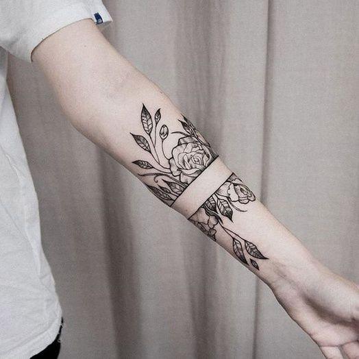 Un bouquet de roses autour du bras