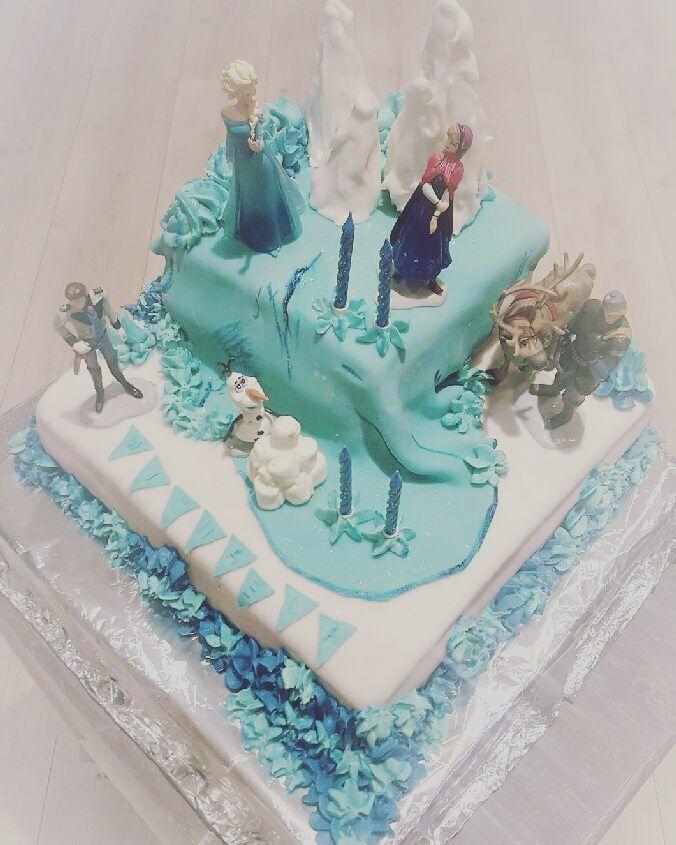 """Gratulerer med dagen til vår lille """"assistent"""" som idag er hele 4 år Da måtte vi lage Elsa kake og det ble jubel i stuen #elsa #cake #bursdagskake #birthday #detlilleekstra"""