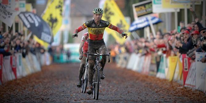 A dirty victory for Sven Nys. Neusborden, panelen en safetykussens in de aankomstzone door Herva Sports