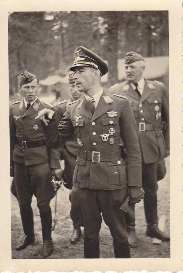■ Mölders - Stab JG51 der Kommodore Oberstleutnant Werner M RK - Br. im Juni/Juli 1941 in Rußland. Das RK ist deutlich zu sehen.