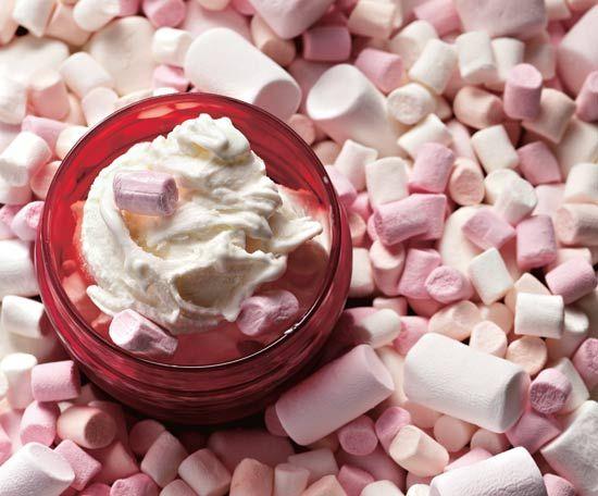 Un gelato pneumatico che divertirà grandi e piccini, secondo la ricetta della boutique del gelato The Icecreamists di Londra. Ovviamente abbiamo anche la ricetta per fare i marshmallow in casa!  Ingredienti: 250ml di latte intero 125 ml di panna 2 tuorli 90gr di zucchero semolato 100gr di marshmallow qualche piccolo marshmallow per la decorazione. …