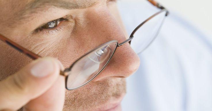 Cómo soldar un armazón de lentes roto. Un movimiento en falso es todo lo que se necesita para romper un par de lentes. Pero si los lentes están en buenas condiciones, vale la pena intentar repararlos. Los armazones de plástico pueden ser costosos de reemplazar, particularmente si quien los usa opta por unos de diseñador. Pero afortunadamente, son bastante fáciles de reparar con las ...