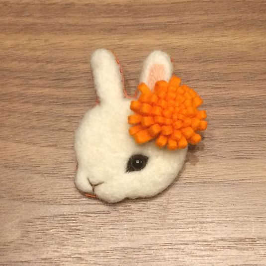 羊毛フェルトブローチ 花うさぎオレンジ