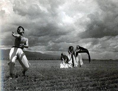 Imagen tomada por el escritor, incluida en el libro Tríptico para Juan Rulfo. Los personajes son bailarines de la compañía de danza de Magda Montoya, captados en 1953. Una impresión de esa fotografía, de 1960, en pequeño formato, tiene al reverso indicaciones a lápiz del autor para su publicación en Sucesos, una revista de la época. La obra se divide en tres capítulos: Poesía, Fotografía y Crític