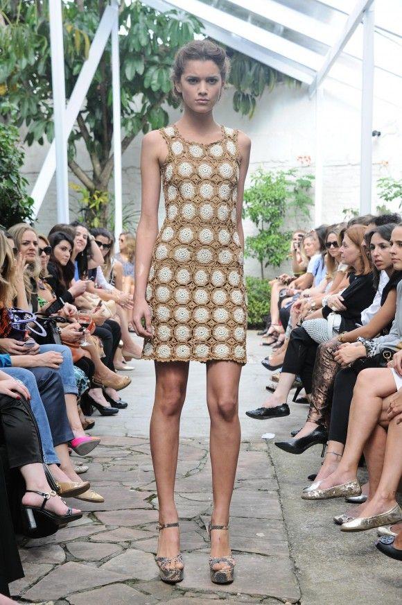 Meninas, Como vocês sabem… O blog é fã da Vanessa Montoro. Acho o trabalho dela maravilhoso, cheio de detalhes, e ela consegue sempre inovar sem perder sua essência!! Conseguimos reconhecer um vestido dela de longe, né? Ontem teve o desfile da coleção de inverno e para variar estava tudo perfeito!!!! Quero todos, e agora?? Hahaha!! …