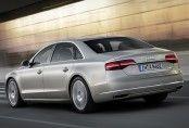 Une voiture au poids maîtrisé grâce à sa carrosserie en aluminium. La version limousine gagne 13 centimètres en longueur et en empattement. ...