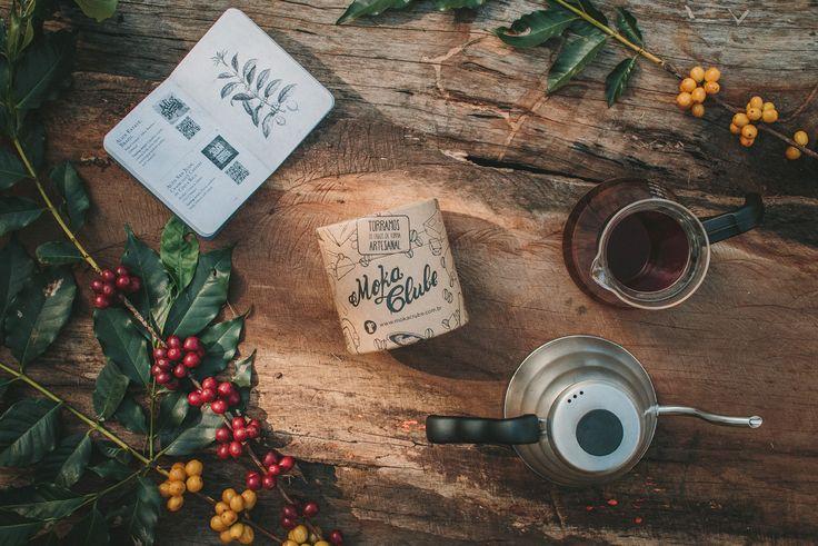 O Tupi - Single Origin é um café 100% arábica produzido na região da Alta Mogiana (estado de SP). Single Origin é para o café o mesmo que um whisky single malte, ou seja, é um grão puro, não blendado (sem misturas), isso permite que você aprecie todo aroma, sabor e texturas de um café excepcional. Todos os cafés do Moka Clube são torrados em Curitiba, mensalmente, garantindo qualidade superior e frescor do produto. Acompanha embalagem especial conforme as imagens.