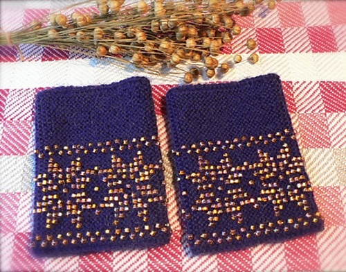 Ravelry: ARTKNITSTUDIO's Lilla pulsvarmere med gullfargede glassperler / purple wrist warmers with golden beads