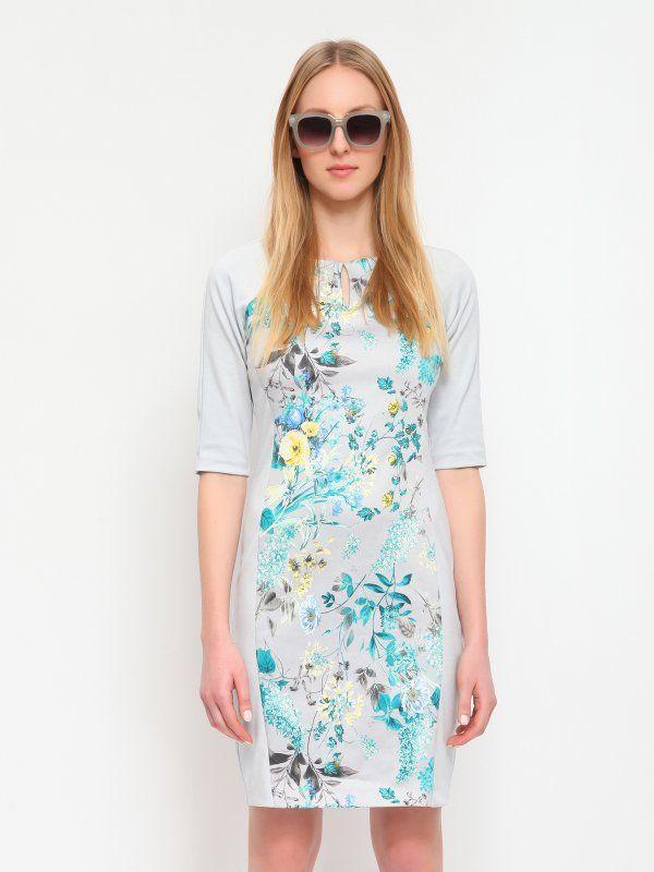 """Sukienka Top Secret z kolekcji wiosna lato 2015.<br><br>Elegancka sukienka z krótkim rękawkiem, o dopasowanym kroju. Sukienka z przodu posiada dekoracyjny kwiatowy wzór. Na plecach jest zapinana na suwak. Idealna na co dzień, do pracy lub na nieoficjalne spotkanie.<br>Sukienka dostępna w kolorze jasnoszarym (SSU1342GB).<br><br><span style=\""""font-style:italic\"""">Modelka ma 176 cm wzrostu i prezentuje rozmiar 36.</span>"""