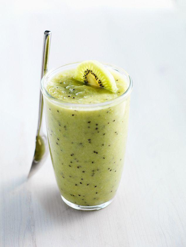 Komkommersmoothie met banaan, sinaasappel en kiwi