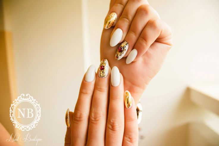 Royal white nails whit golden touch