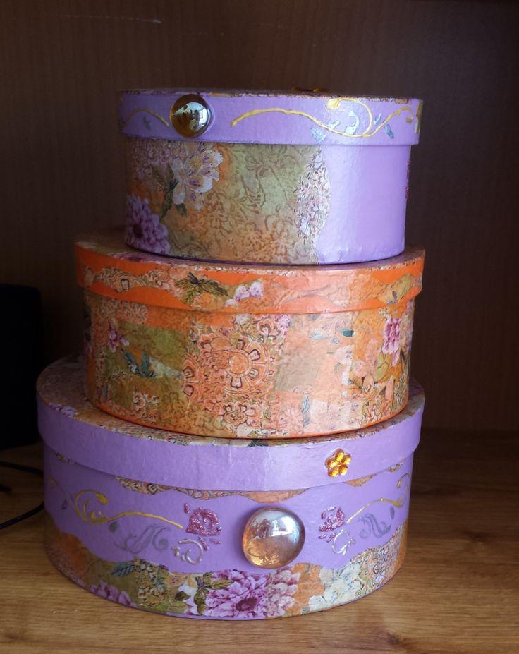 Set de 3 cajas pintadas, decopatechadas y decoradas. Set of 3  boxes painted, with decopatch and other decoration