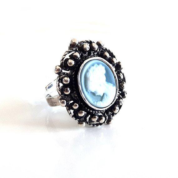 Ehi, ho trovato questa fantastica inserzione di Etsy su https://www.etsy.com/it/listing/525634128/pietra-blu-luce-cameo-signora-anello-con