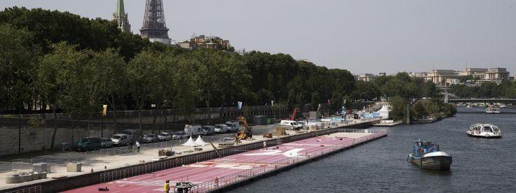 Une piste flottante d'athlétisme, ici en cours d'assemblage, posée sur la Seine, pour promouvoir vendredi 23 juin et samedi 24 juin, la candidature de Paris aux jeux Olympiques de 2014. | JOEL SAGET / AFP