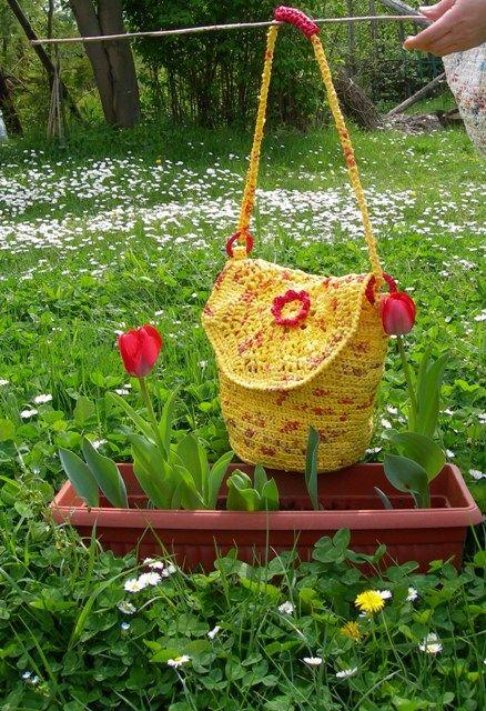 Borsa realizzata all'uncinetto riciclando buste di plastica, modello a secchiello Bag made with plastic bags to crochet, bucket model  http://ricreanna.wordpress.com/2012/04/29/la-seconda-vita-di-un-sacchetto-della-spesa/