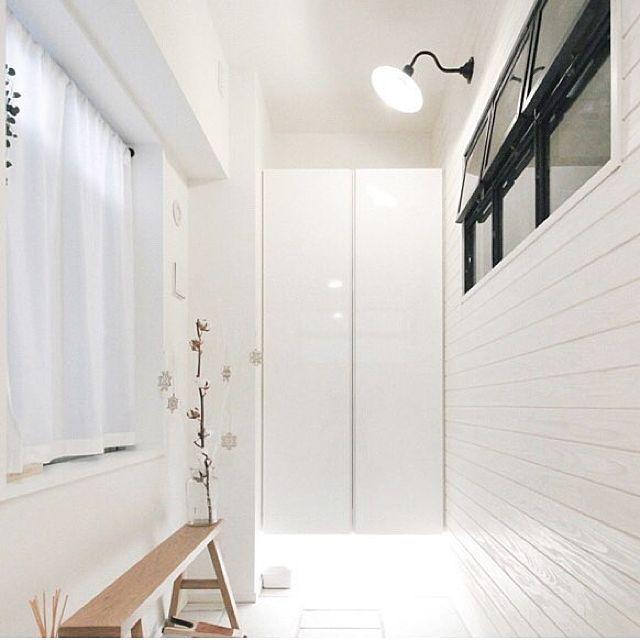 女性で、2LDKのブログやってます/北欧/IKEA/無印良品/玄関タイル/玄関土間…などについてのインテリア実例を紹介。「普通のマンションの玄関だったところ、 リノベで土間を広げました。 アイアンの室内窓をつけてもらい、 壁は羽目板に。壁はDIYで白く塗りました。」(この写真は 2017-02-05 15:37:20 に共有されました)